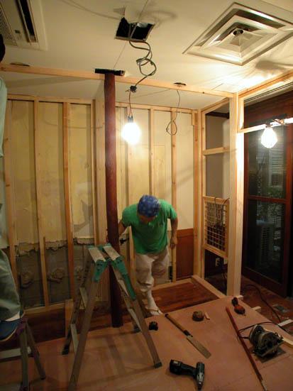 お茶室の床柱設置