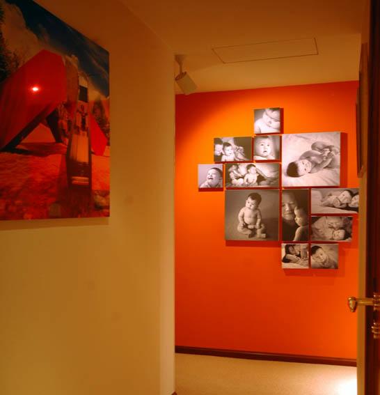 写真コーナーのある廊下