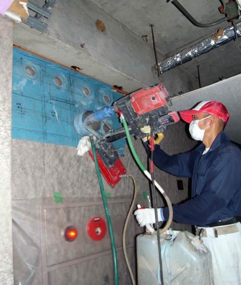 コンクリート壁のコア抜き作業中