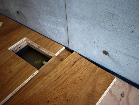 フローリングと壁際の黒ゴム
