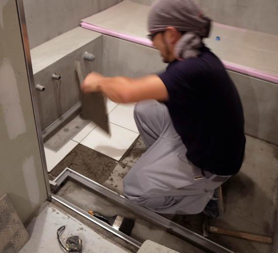 浴室床タイル張り工事中