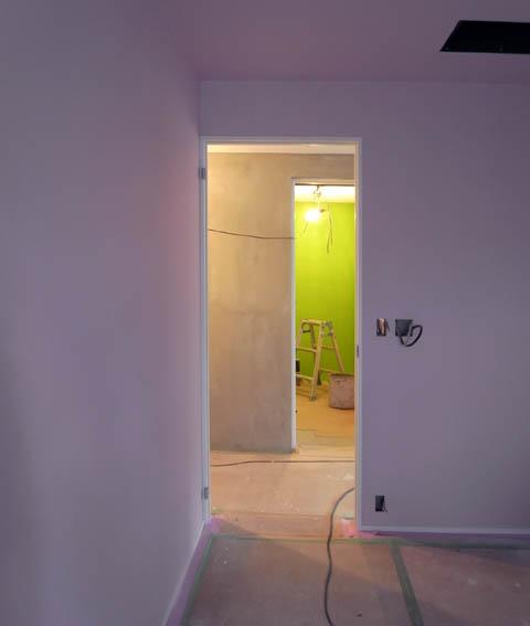 ピンクの塗装仕上げの子供部屋