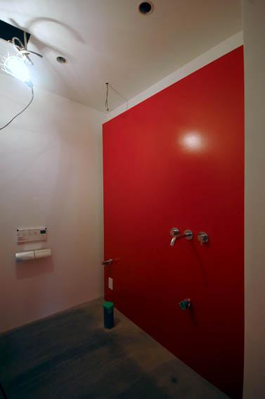 朱色が印象的なトイレ