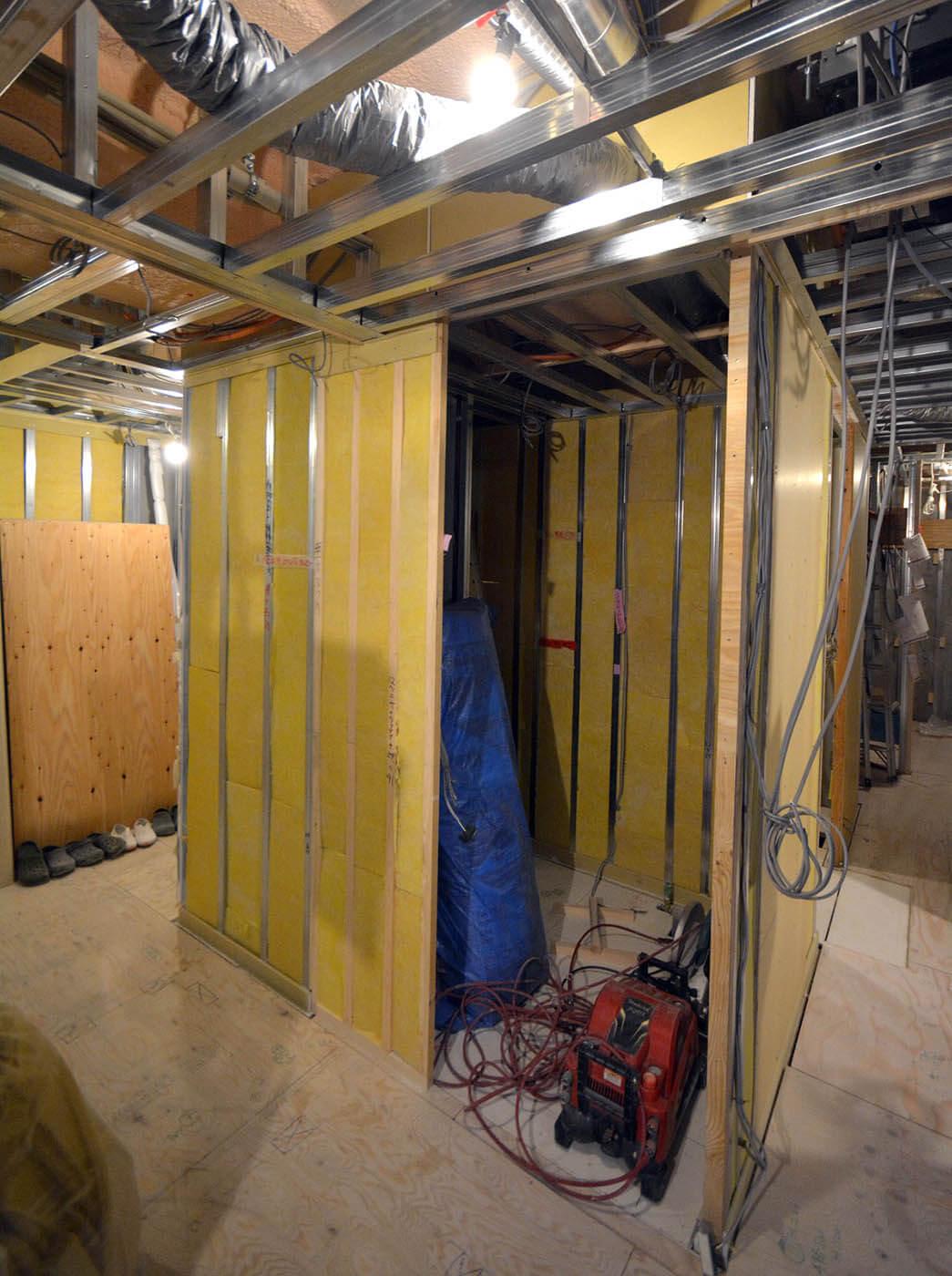 来客用トイレ壁下地に断熱材施工