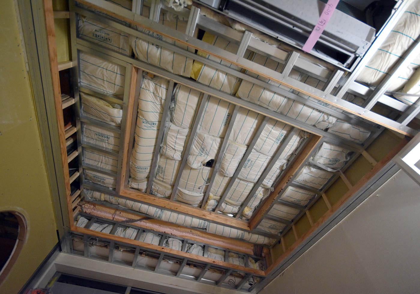 二重折り上げ天井裏の断熱材施工