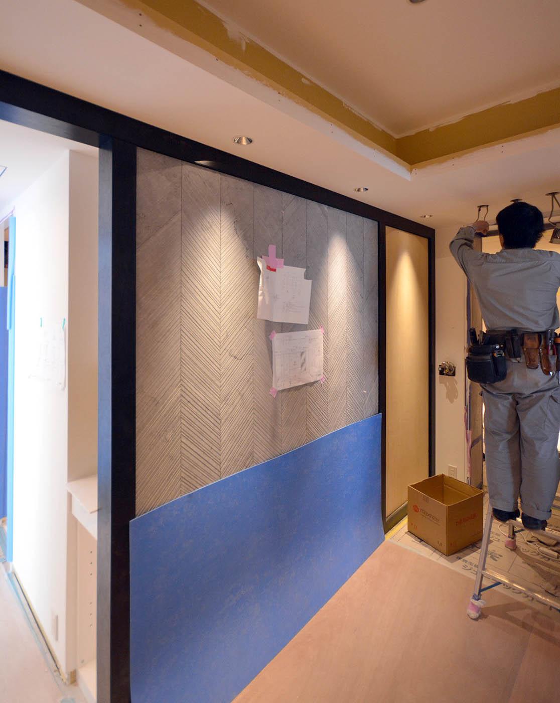 玄関ホールの木製枠とサルバトーリの加工大理石張り