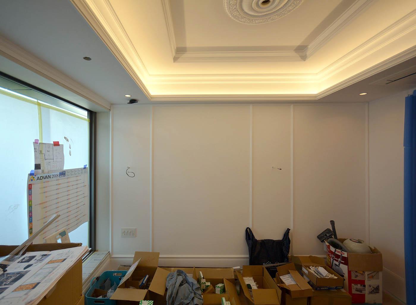 奥さま書斎の白いモールディングとレーリングの内装
