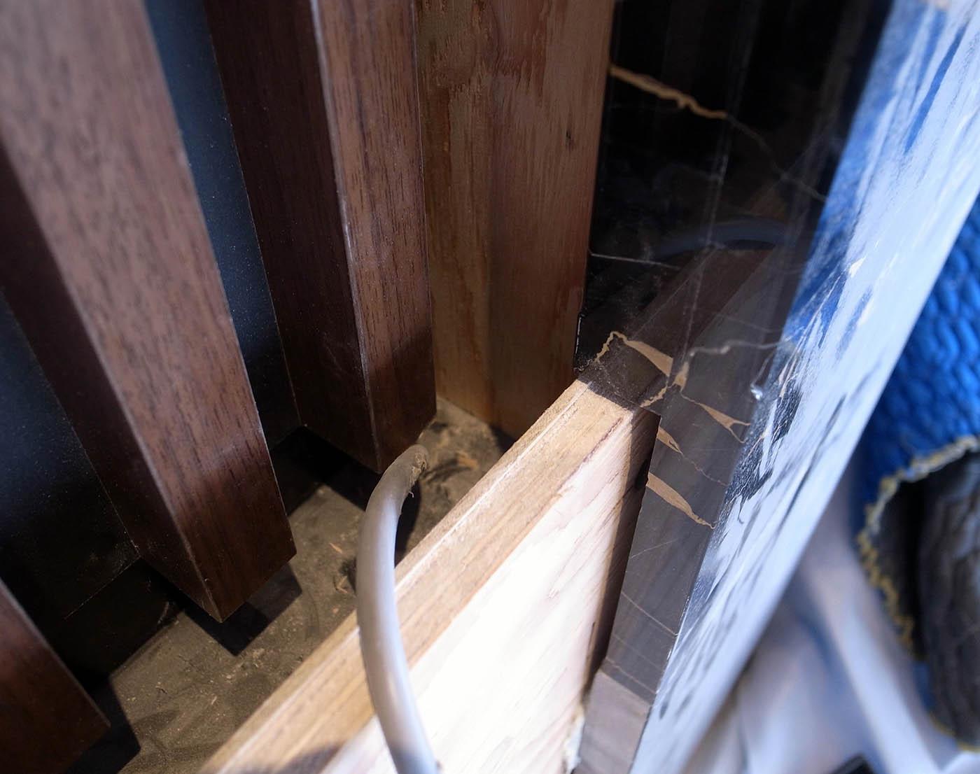 ポルトロと木製ルーバー壁の取り合い詳細
