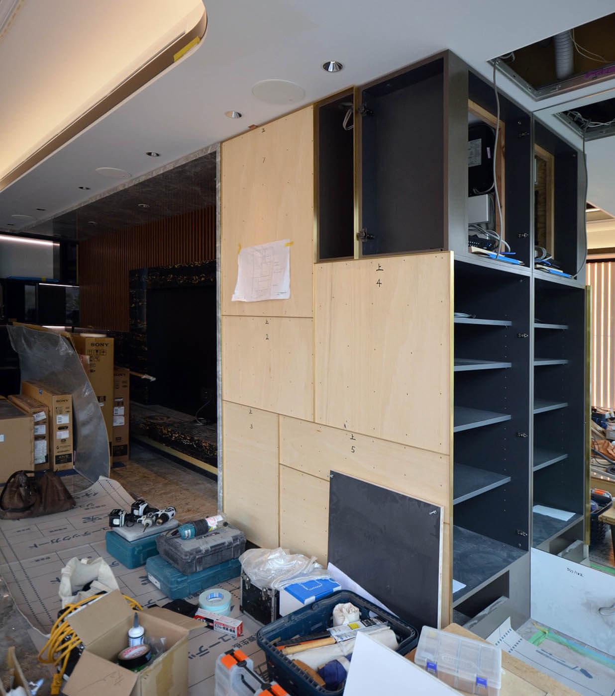 TV壁横の柱型を抱き込んだAV機器収納の造作