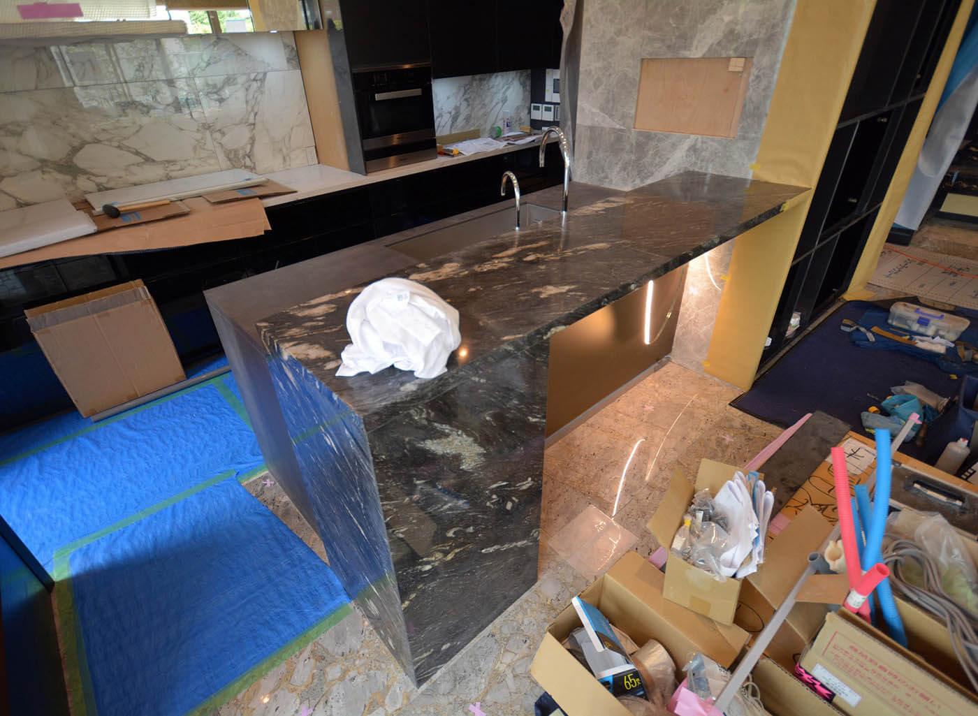 御影石のカウンターを組み込んだキッチンのペニンシュラ型カウンター