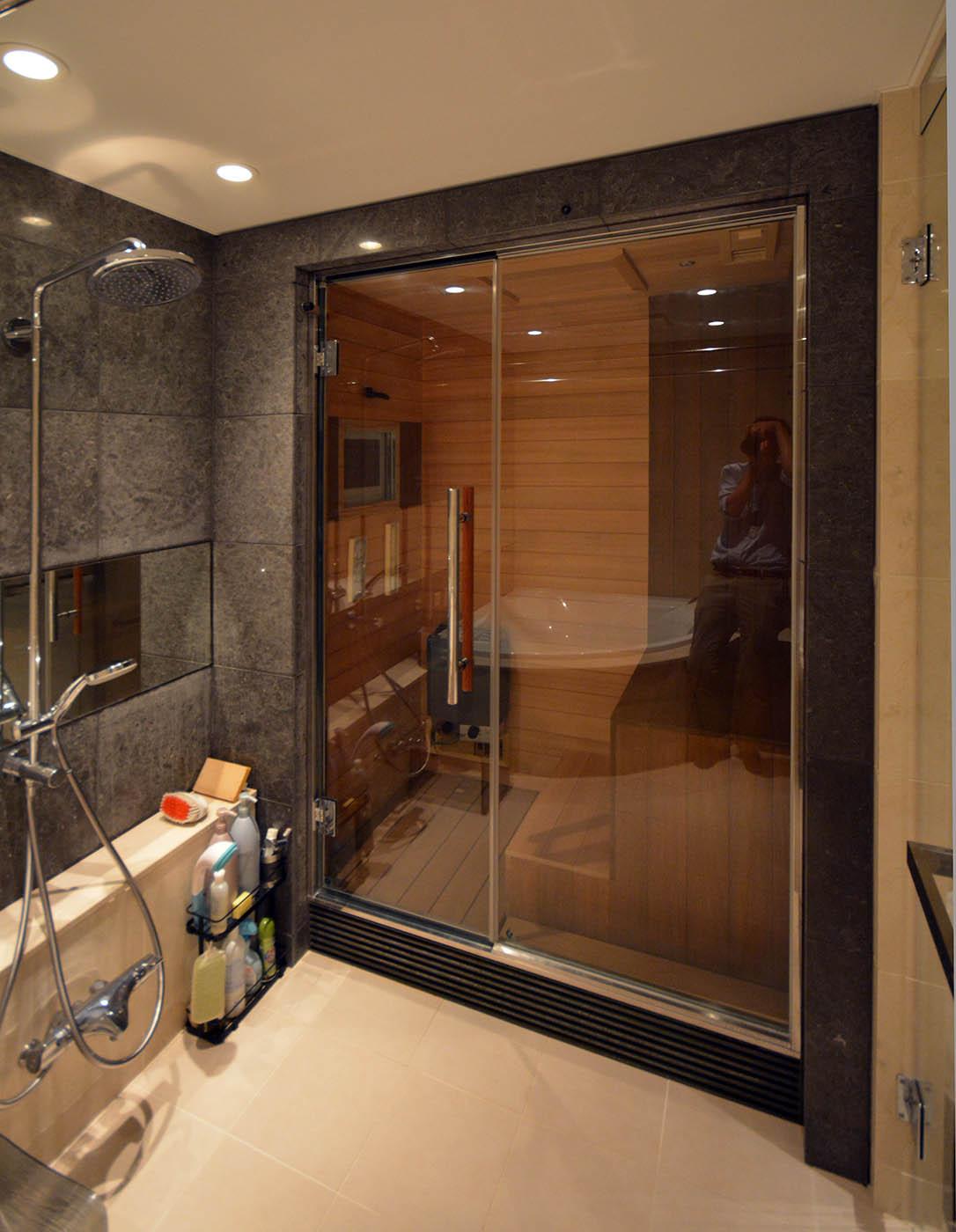 大きな浴室のコーナーに設けたドライサウナ