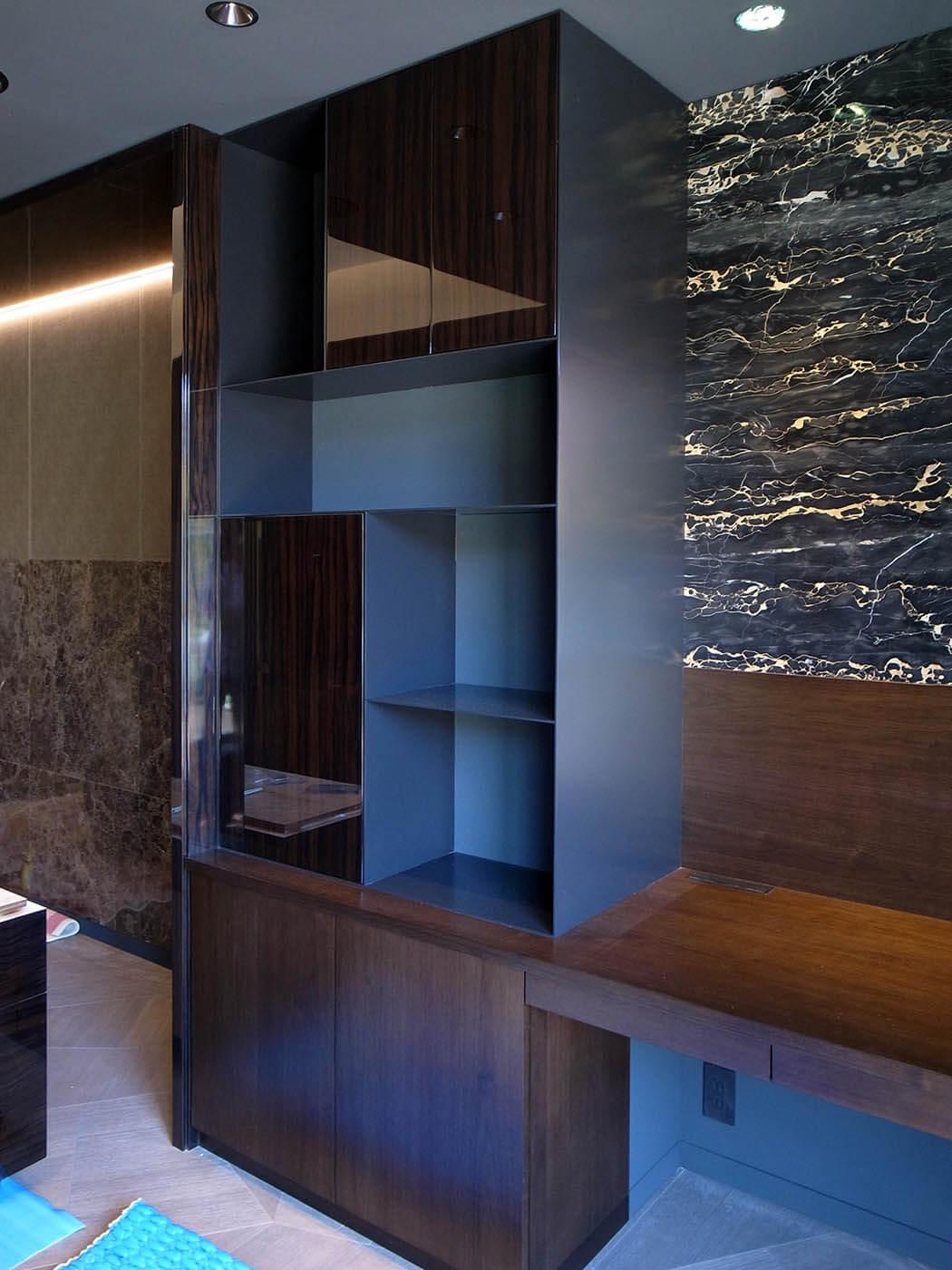 スチール製の棚を取り付けた寝室書斎コーナー家具