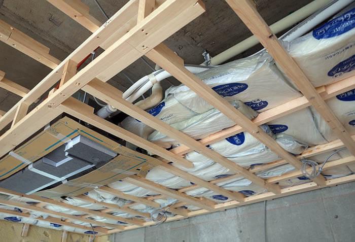 天井防振下地上に防音のための断熱材設置