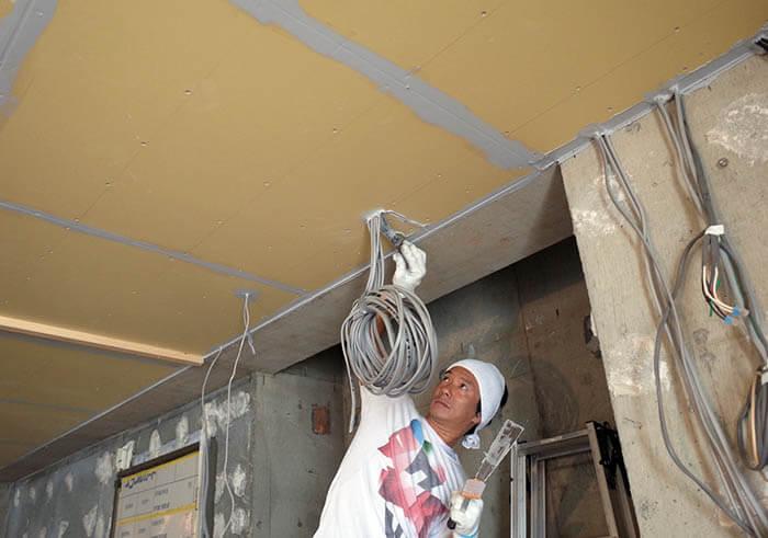 遮音天井の石膏ボード配線孔の目張り