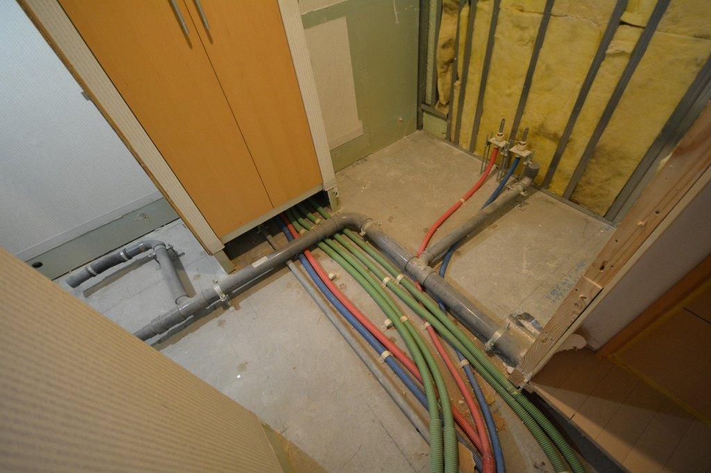 洗面脱衣の床下配管