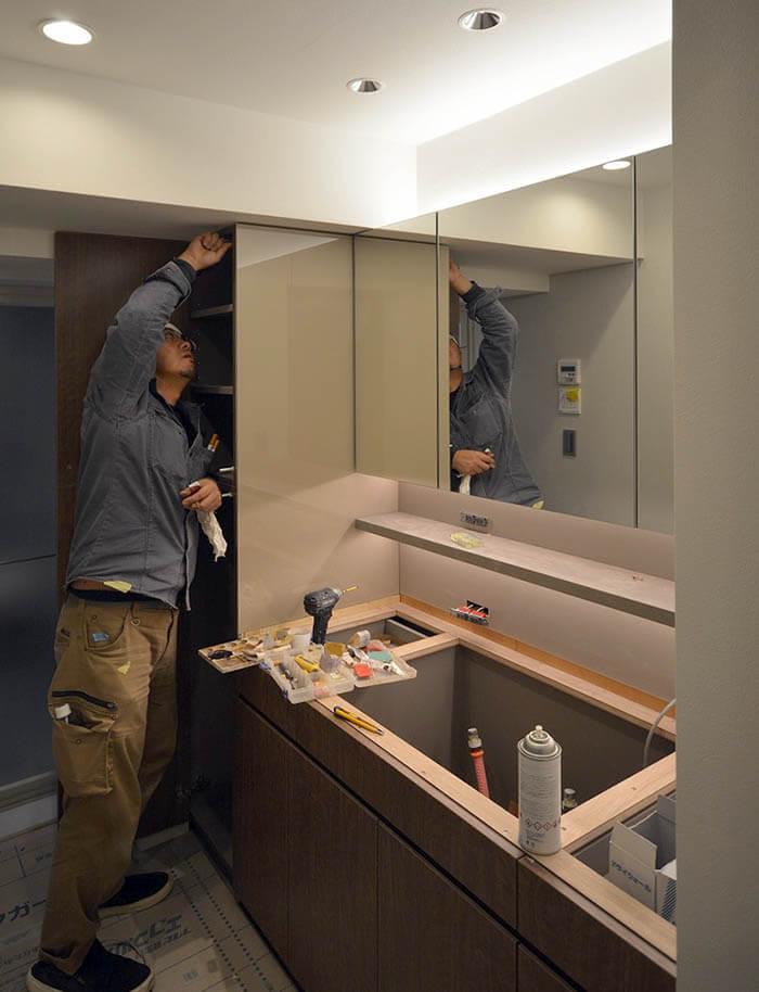 洗面所の造作洗面カウンター組み立て中