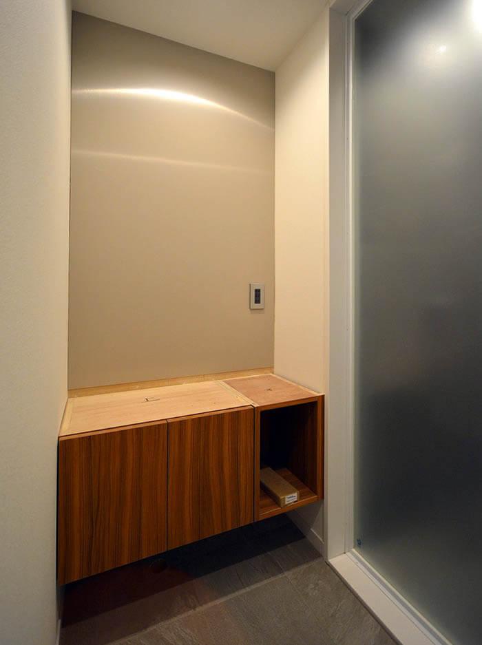 シャワー前室の造作手洗いカウンター組み立て中