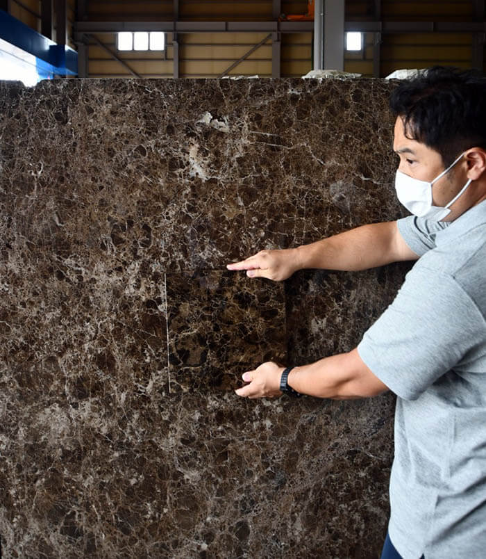 大理石エンペラドールダークの色味確認
