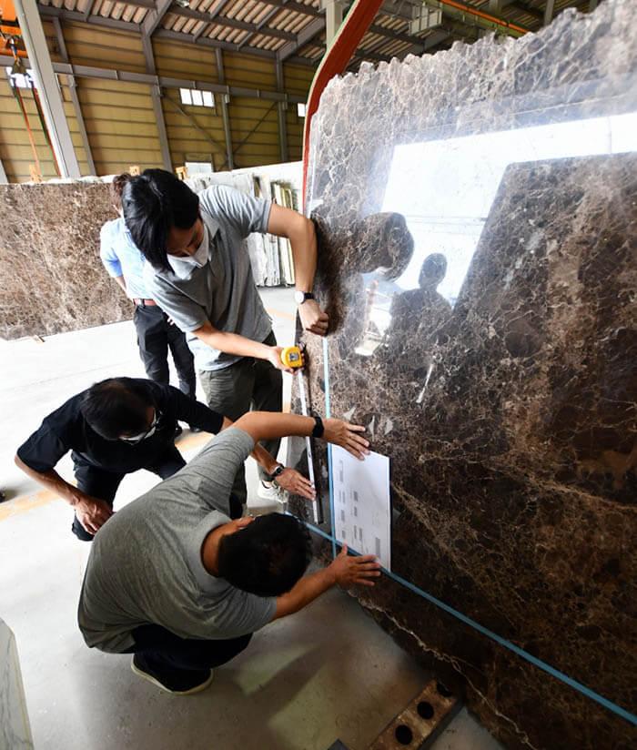 大理石エンペラドールダークの石取り作業