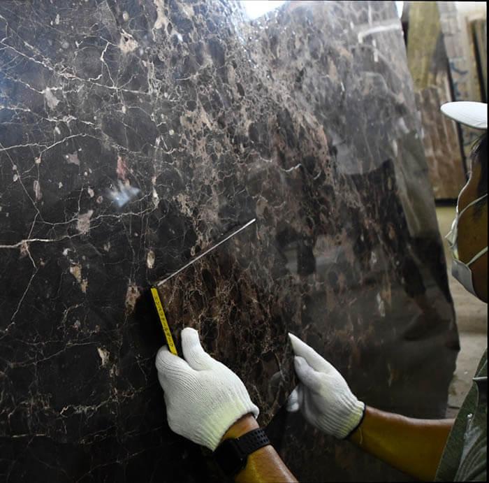 エンペラドールダークの大理石色味確認