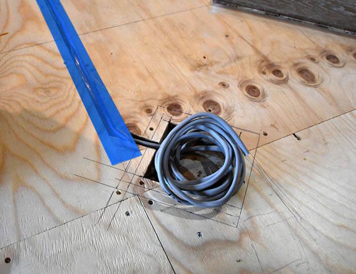 ヘリンボーンのフローリング張りと床付けコンセント