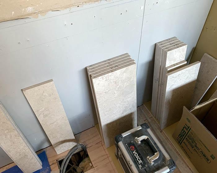 玄関壁の大理石張り作業