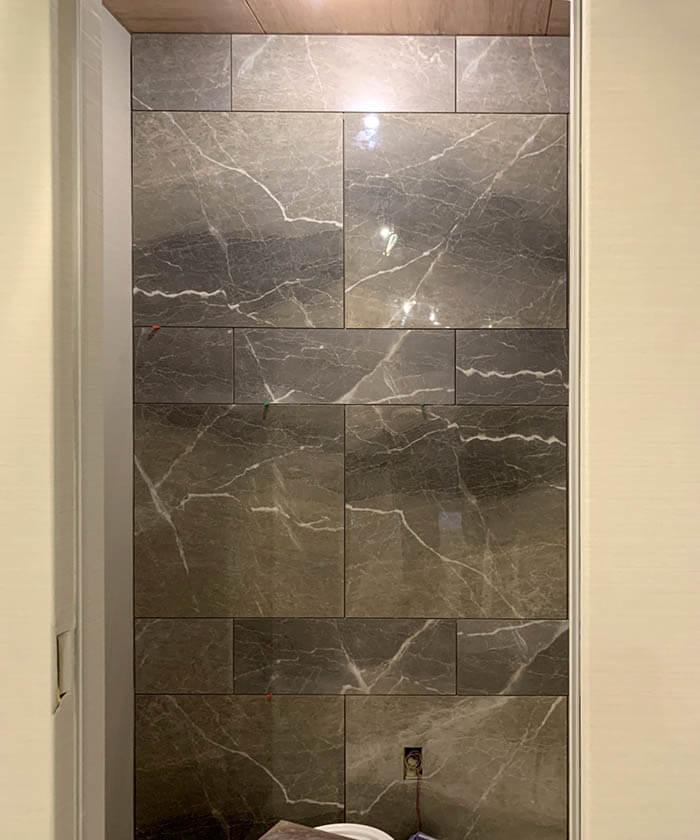 大理石調タイル張りのトイレ壁