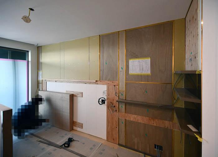 主寝室の真鍮見切りを使ったヘッドボード造作