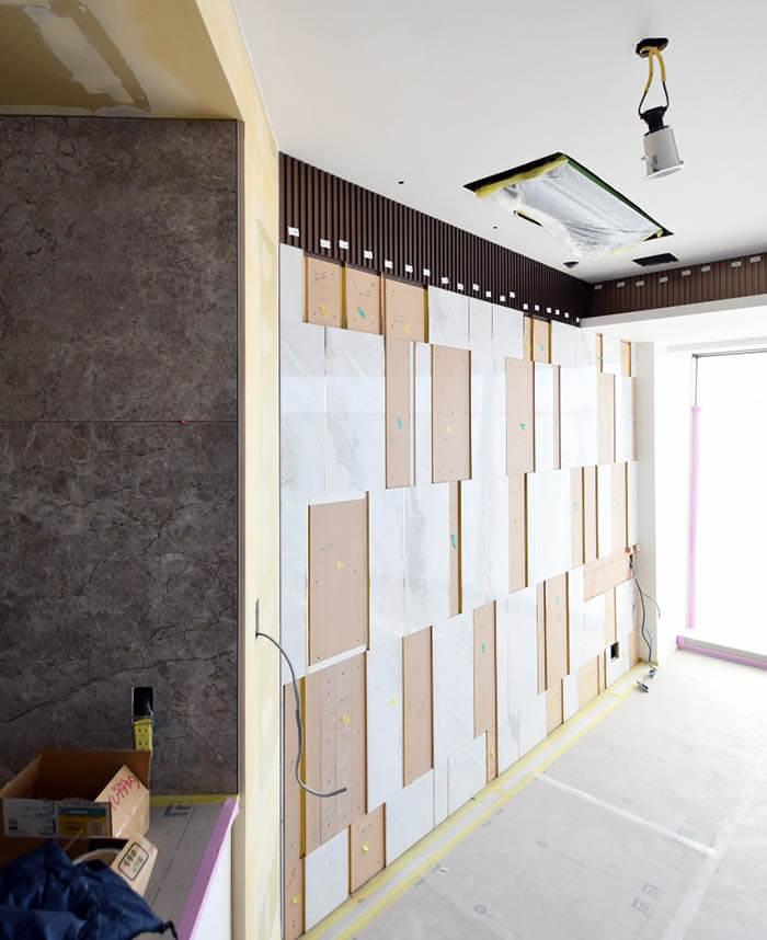 真鍮見切りと大理石張りの壁