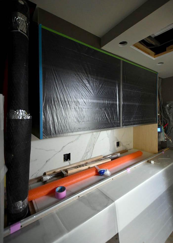 リネアタラーラの大型オーダーキッチン組立て作業