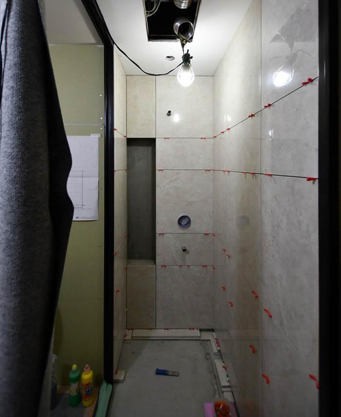 在来工法シャワー室の壁タイル張り