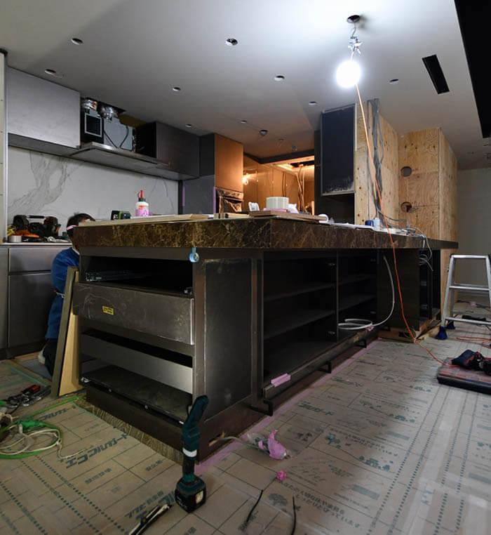 大理石カウンターが載った対面キッチンカウンター