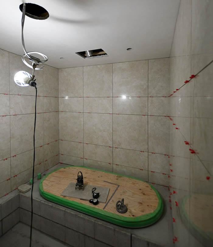 在来工法浴室の壁タイル張り
