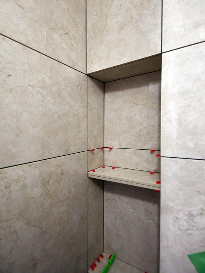 在来工法シャワー室のタイル張りのニッチ