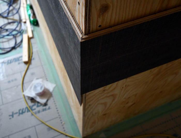 キッチン壁のフローリング張りディテール