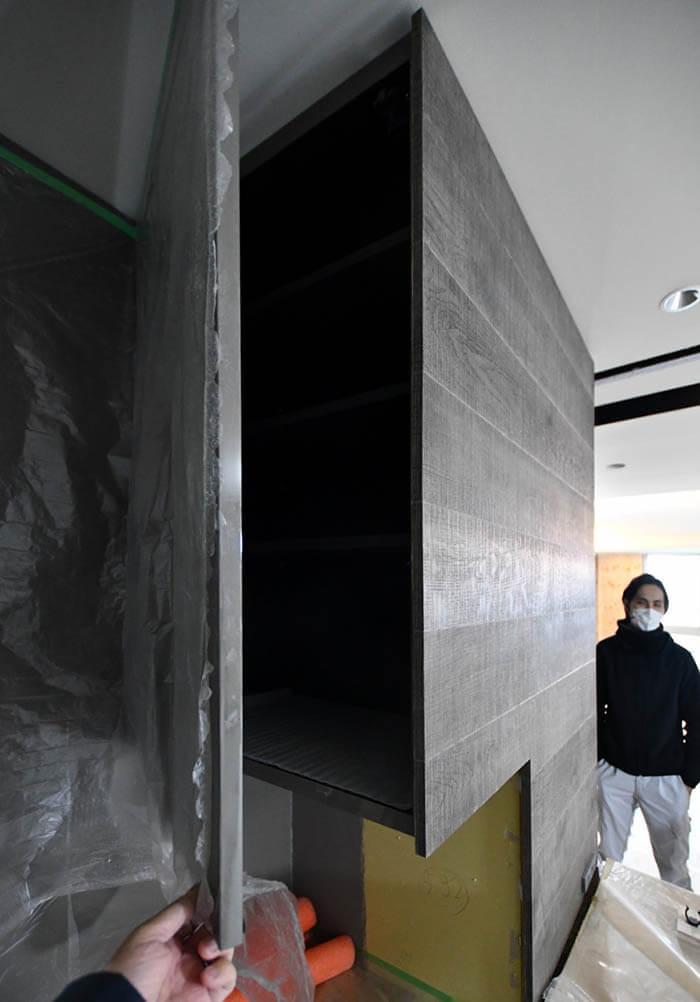 サイド面にフローリングを張ったキッチン吊戸棚