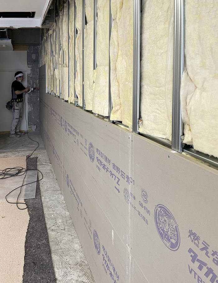 遮音壁作りから始めるマンション解体工事
